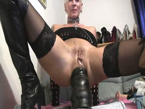 Mizzen reccomend Lady with dildo