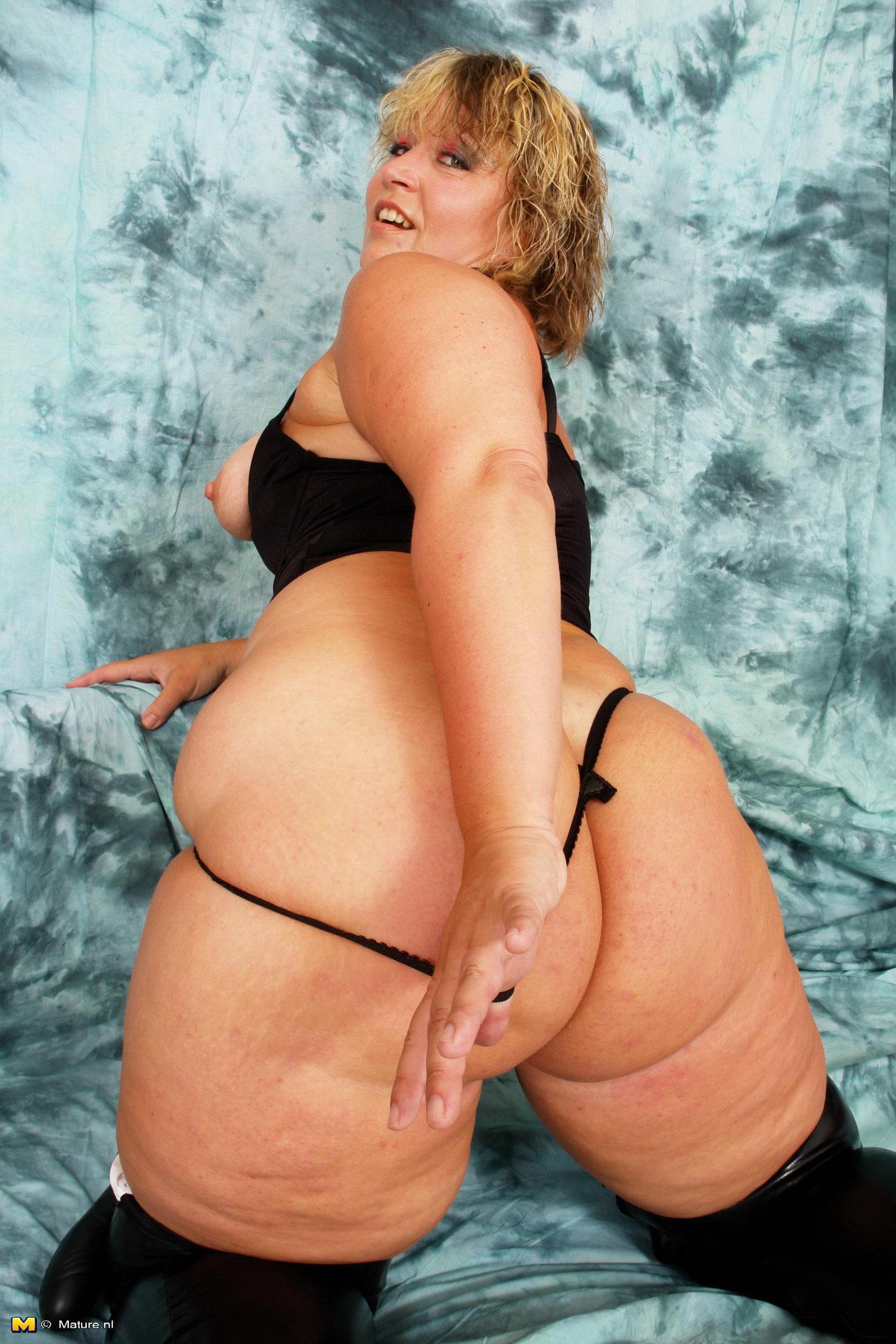 Phat ass mature women naked