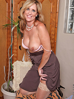 Strip tease amateur mature